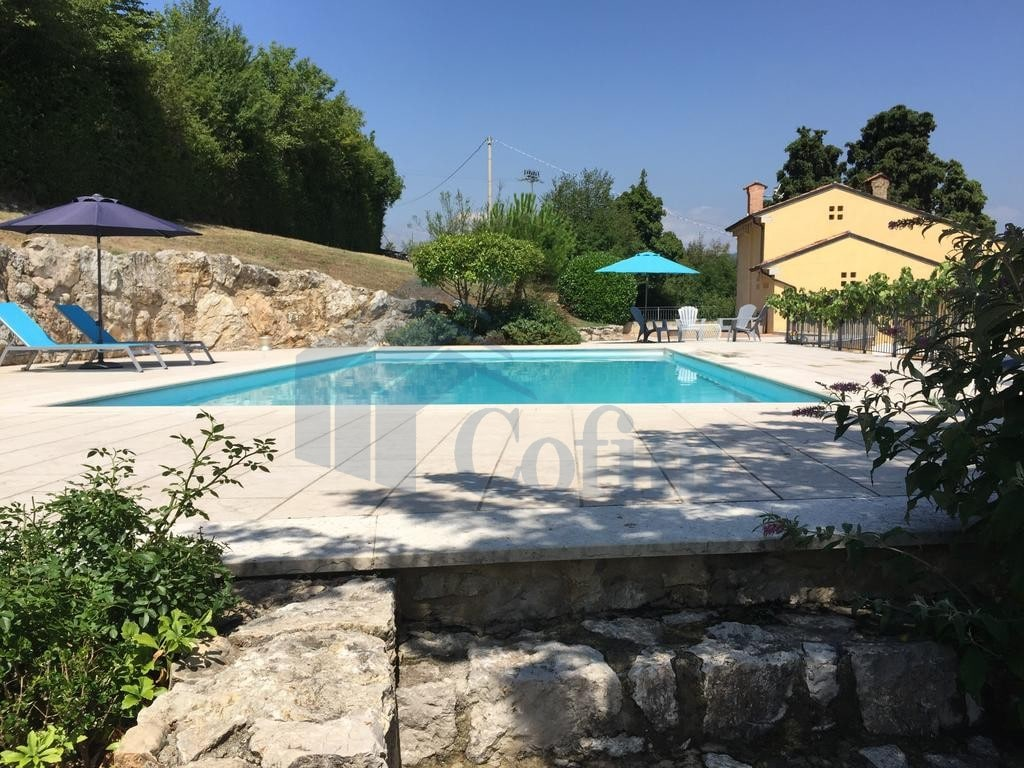 Villa panoramica con piscina in vendita a grezzana for Case in affitto con cantina