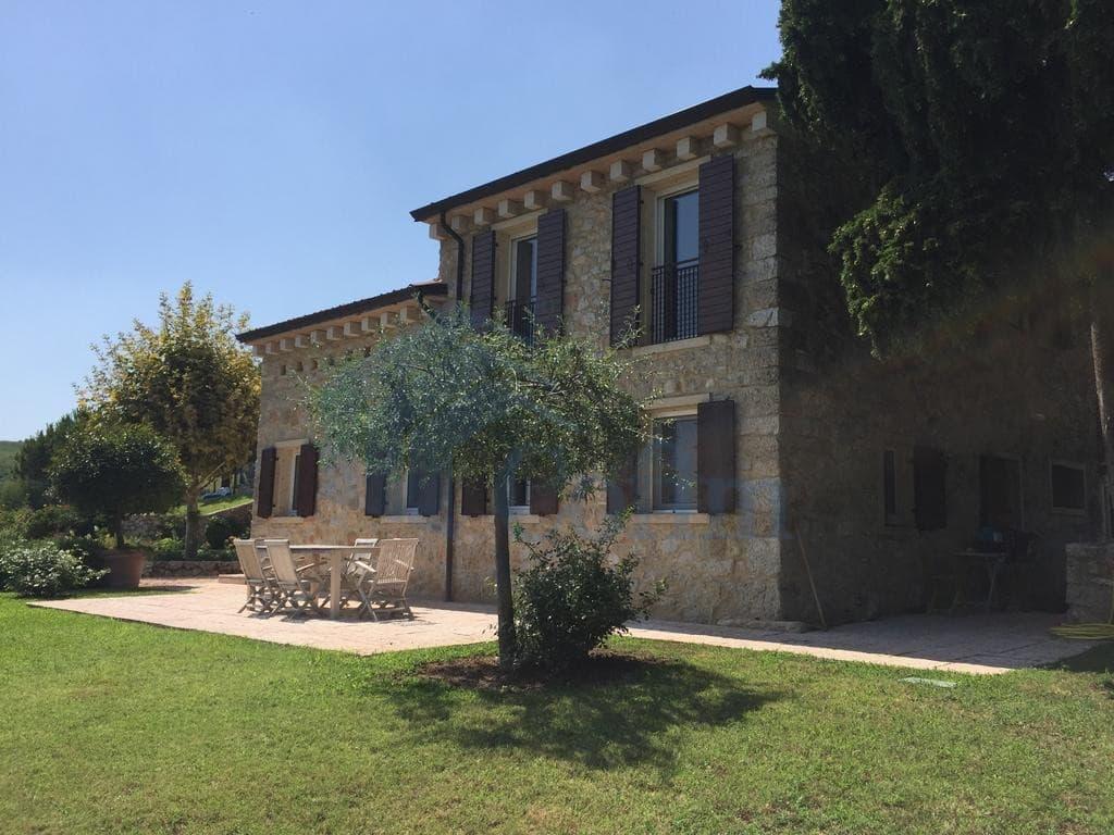 Villa panoramica con piscina in vendita a grezzana for Case california in vendita con piscina
