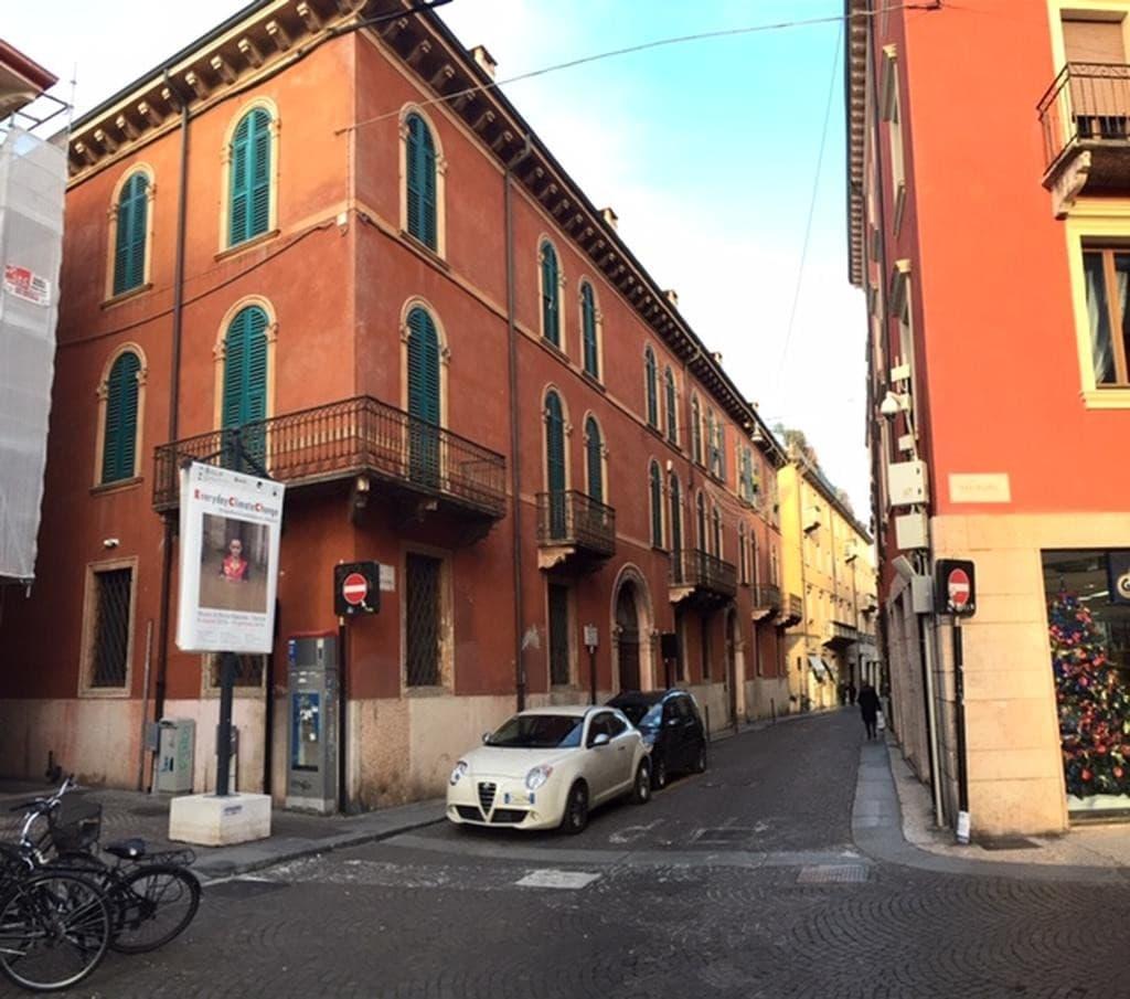 Appartamento trilocale con posto auto coperto   Verona (Centro Storico)