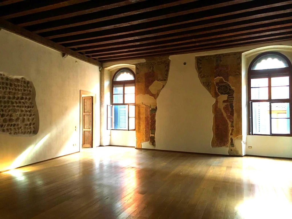 Four-rooms Apartment with ample TERRACE TO LET in BRA SQUARE area  Verona (Centro Storico)