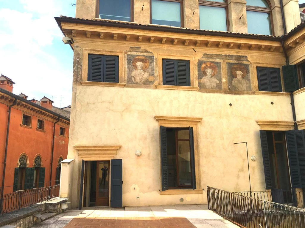 Four-rooms Apartment with ample TERRACE TO LET in BRA SQUARE area  Verona (Centro Storico) - 2