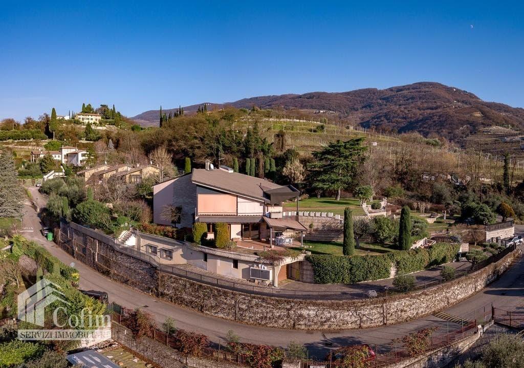 Villa bifamigliare in VENDITA elegante, recente, panoramica con GIARDINO  Negrar (Negrar)