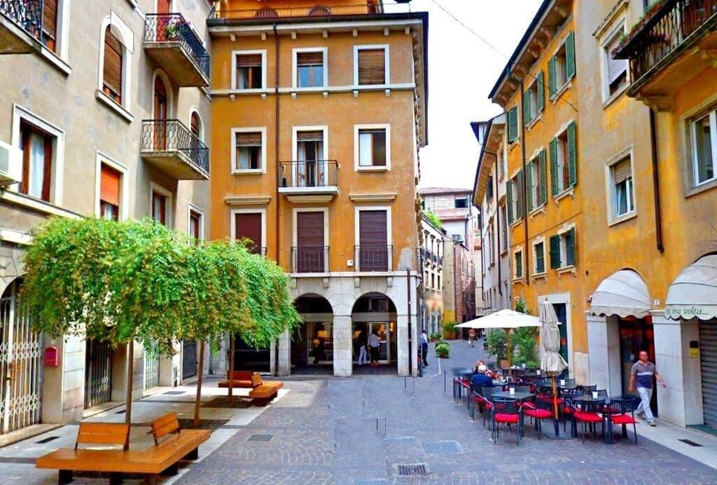 Appartamento quadrilocale ristrutturato ARREDATO lusso in AFFITTO Via Mazzini con garage  Verona (Centro Storico)
