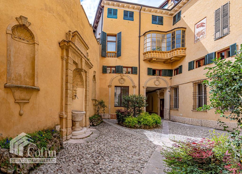 Appartamento di lusso RISTRUTTURATO e arredato in VENDITA v.ze PIAZZA ERBE  Verona (Centro Storico)