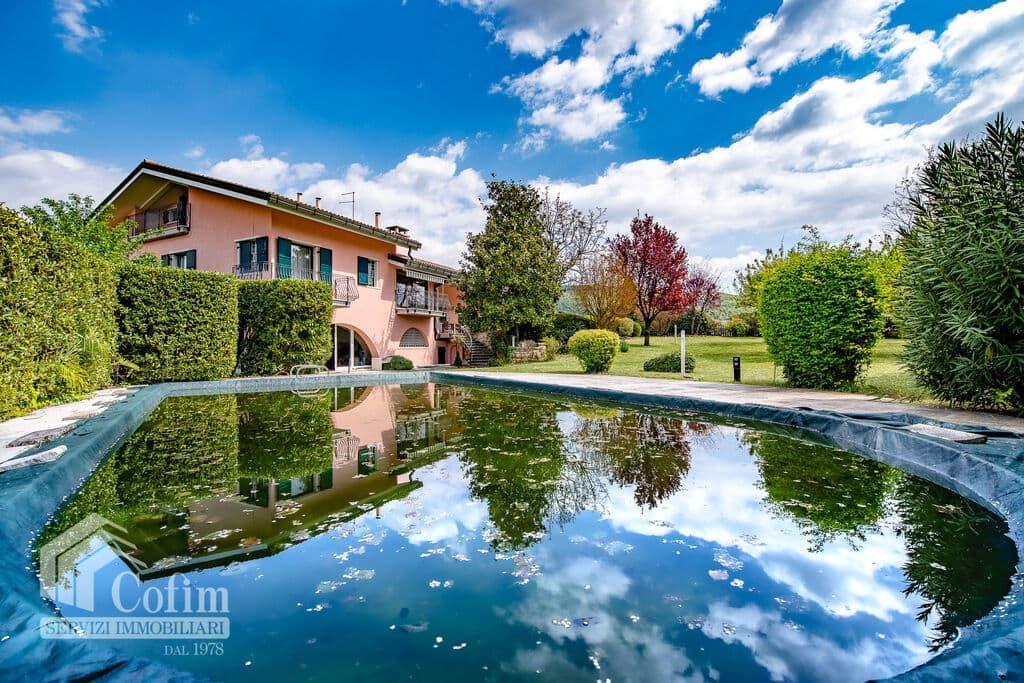 Villa di grande metratura con ampio GIARDINO e PISCINA in VENDITA in   Arbizzano (Negrar)