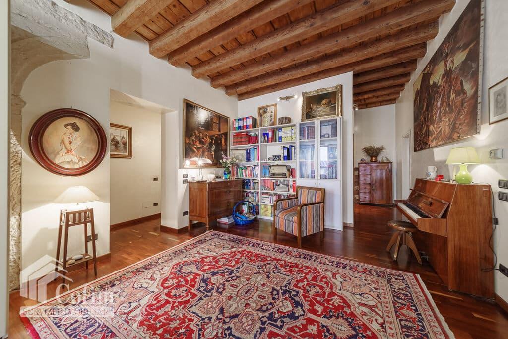 Appartamento cinque locali ampio piano nobile con TERRAZZO in VENDITA V.ze Centro Storico.  Verona (Veronetta)