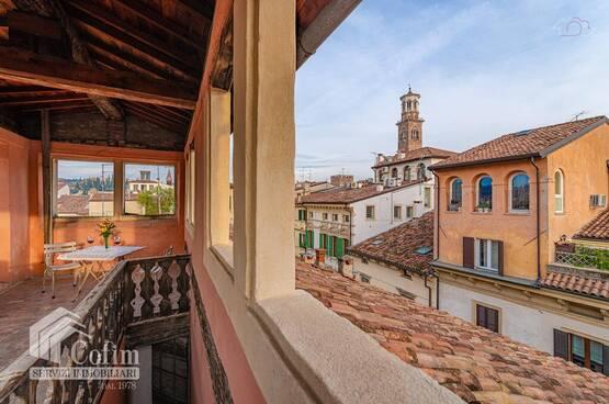 Appartamento trilocale ristrutturato Piazza delle Erbe Verona (Centro Storico)