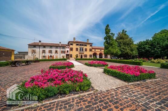 Villa d'epoca con affreschi della scuola di Giulio Romano in vendita in prov.  Verona